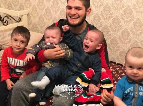 Khabib ôm trong lòng các con của mình