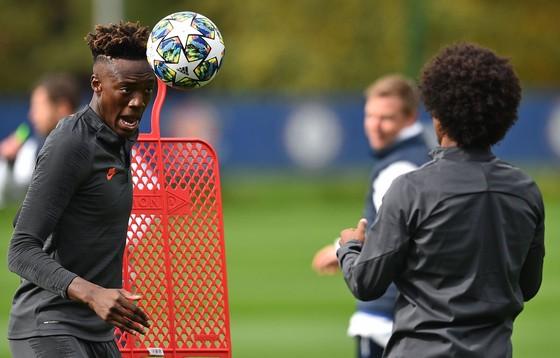 Chelsea tập luyện trước khi sang Pháp: Kante, Giroud và Zouma quay trở lại! ảnh 6