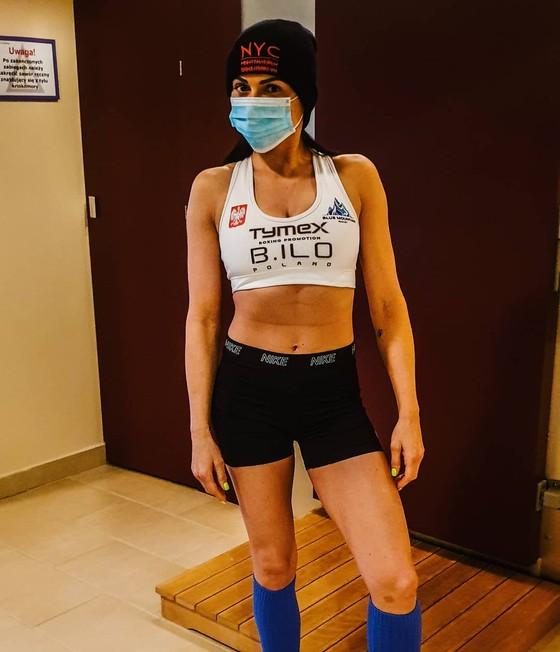 Quyền Anh: Hôn môi đối thủ, nữ võ sĩ sexy bị tát thẳng mặt, nhưng báo thù trên sàn đài ảnh 1