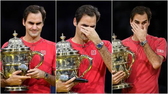 Federer xúc động trên bục nhận cúp