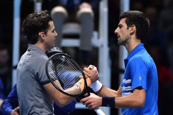 """ATP Finals: Thiem tiếp tục """"làm loạn"""" - hạ luôn Djokovic, Federer thắng trận đầu tiên ảnh 1"""