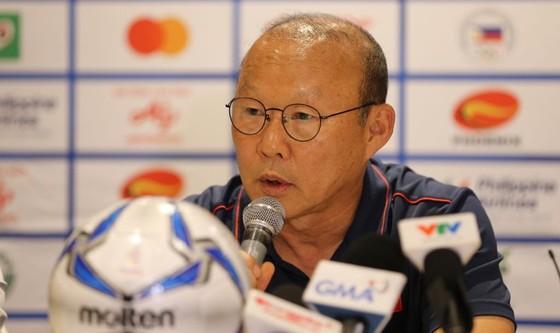 Ông Park Hang Seo trả lời phỏng vấn họp báo. Ảnh: DŨNG PHƯƠNG