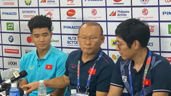 HLV Park Hang Seo (giữa) và Hà Đức Chinh (trái)