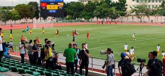 Sân Binan bị chê tệ hơn sân… phủi, còn phóng viên Việt Nam thua trắng 0-5 ảnh 3