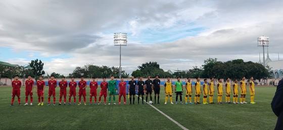 Sân Binan bị chê tệ hơn sân phủi ở Sài Gòn