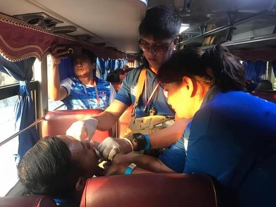 Xe chở 42 VĐV, HLV Việt Nam va chạm với xe chờ đoàn thể thao Lào, mọi người đều an toàn ảnh 4