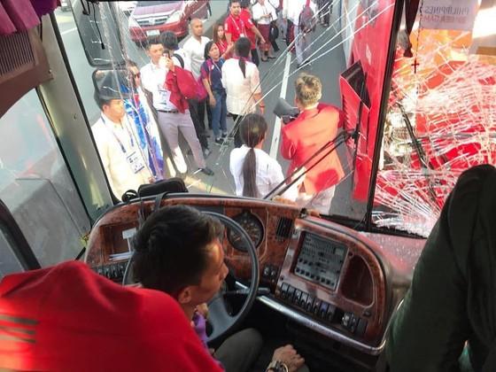 Xe chở 42 VĐV, HLV Việt Nam va chạm với xe chờ đoàn thể thao Lào, mọi người đều an toàn ảnh 2