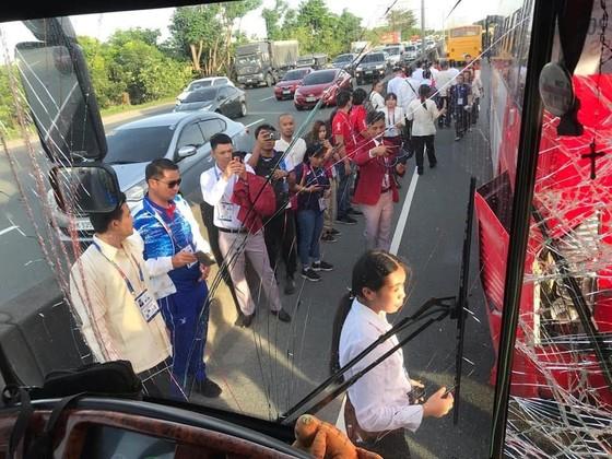 Xe chở 42 VĐV, HLV Việt Nam va chạm với xe chờ đoàn thể thao Lào, mọi người đều an toàn ảnh 3
