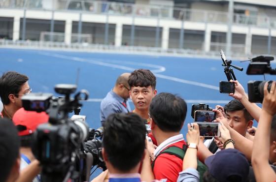 Buổi tập trước đêm bão về: Tiến Dũng tươi cười, Thanh Sơn tự tin chơi tấn công tổng lực Singapore ảnh 2