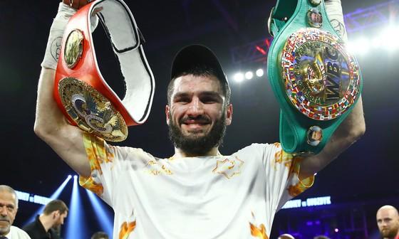 Beterbiev hiện đang sở hữu 2 đai WBC và IBF hạng dưới nặng