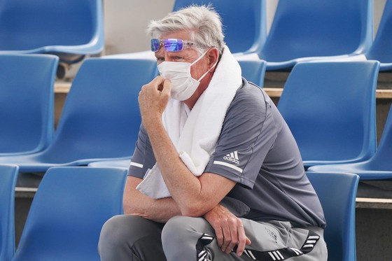 Tinkov đeo khẩu trang thị sát một trận đấu ở giải Nga