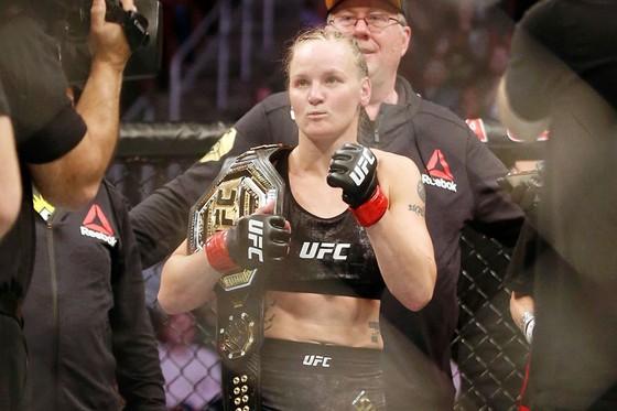 """UFC: """"Nữ gangster"""" Shevchenko bất ngờ bị đình chỉ thi đấu 6 tháng, sau chiến thắng TKO Chookagian ảnh 1"""
