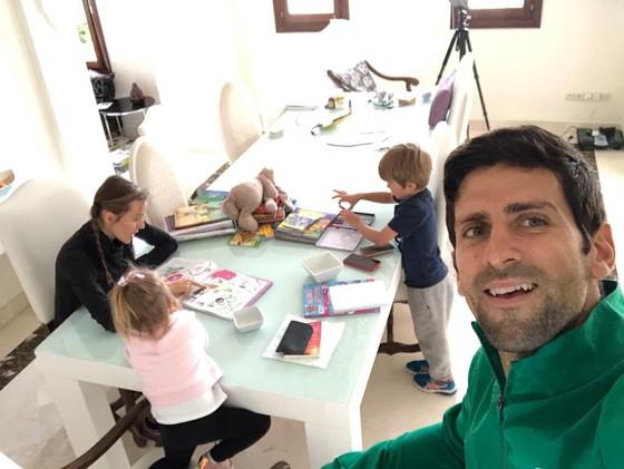 Novak Djokovic: Hãy cách ly ở trong nhà và giúp đỡ những người ở tuyến đầu chống dịch ảnh 1