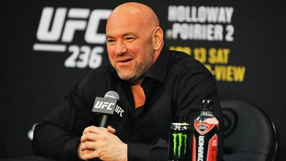 Ông bầu trọc đầu Dana White rất tươi tỉnh khi UFC có thể quay trở lại