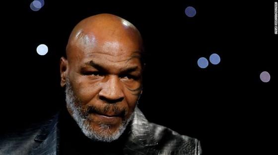 """Holyfield quay lại tập luyện ở tuổi… 57, nhưng tỏ ra chậm chạp hơn Tyson, ông bầu White khuyên Tyson: """"Ông đừng làm vậy ở tuổi 53!"""" ảnh 1"""