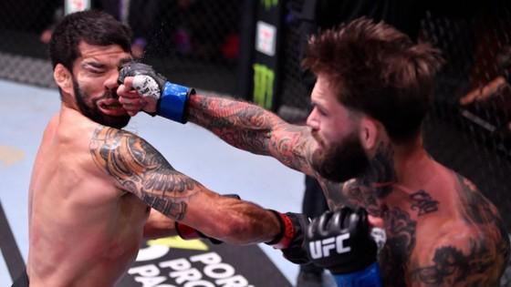 """UFC 250: Nhờ đi đường quyền hiểm hóc, Cody """"No Love"""" thắng trận đầu tiên sau hơn 3 năm ảnh 1"""