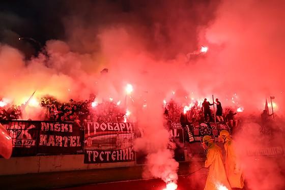 """25 ngàn CĐV đến xem Trận Derby thành Belgrade: Cứ """"quẩy"""" trước đã, còn lại tính sau! ảnh 6"""