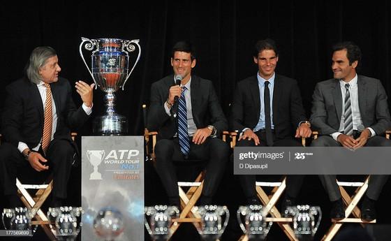 Ông Nastase (tóc bạc dài) từng nhiều lần giao lưu với Djokovic, Nadal và Federer trong các sự kiện của ATP