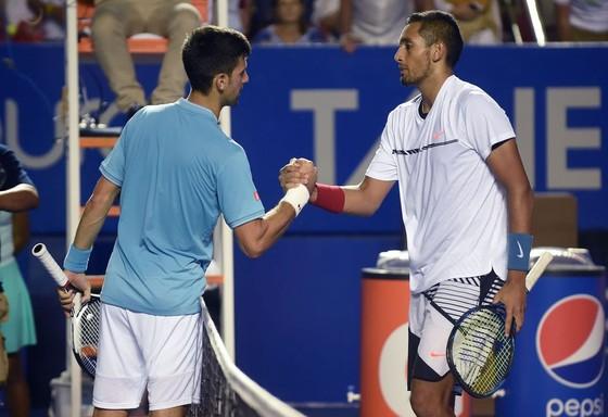 """""""Gã tiểu tử ngổ ngáo"""" Nick Kyrgios: Đôi co với Thiem quanh vụ của Zverev và Djokovic, rồi cùng Zverev bỏ… giải đấu ở Đức ảnh 1"""