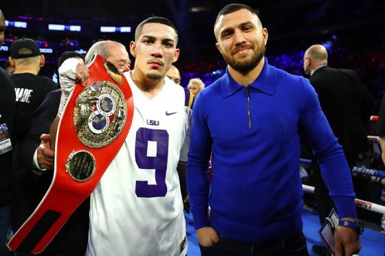 Lomachenko (áo xanh) và Lopez