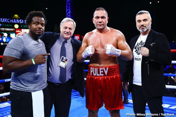 Ivaylo Gotvez (ngoài cùng bên phải) và Kubrat Pulev (thứ 2 từ phải sang)