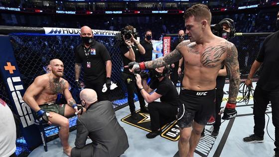 McGregor ngồi thất thần sau trận thua Poirier