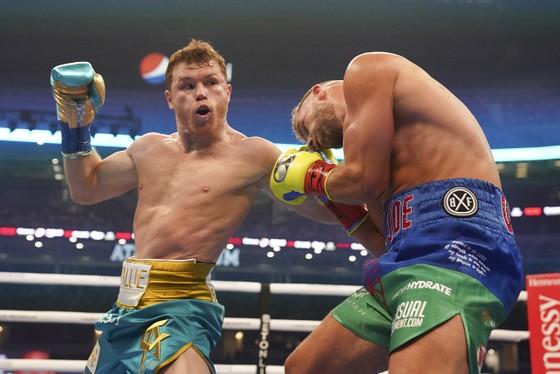 Canelo Alvarez: Đấm vỡ xương gò má Billy Joe Saunders, khiến đối thủ không thể ứng chiến sau hiệp 8 ảnh 2