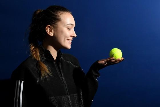 Sara Cakarevic: Tay vợt cực xinh cười ra nước mắt vì kiếm 2 euro khi tham gia giải ITF ảnh 1
