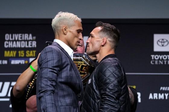 """UFC 262: Trưa mai, """"Iron"""" Michael Chandler đấu """"Do Bronx"""" Charles Oliveira để tranh đai hạng nhẹ của Khabib Nurmagomedov ảnh 2"""