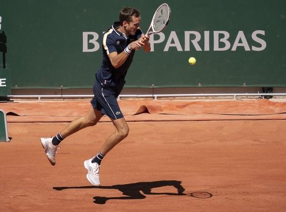 """Roland Garros: """"Hồng y"""" khiêu vũ, Roger Federer tái xuất hoàn hảo! ảnh 1"""