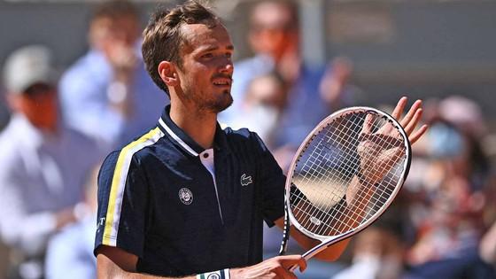 """Roland Garros: Tsitsipas sẽ đấu """"Tòa tháp nước Mỹ"""", Medvedev """"viết tiếp lịch sử trong bóng tối lạnh giá"""" ảnh 3"""
