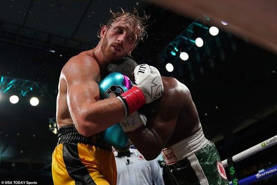 """Floyd """"Money"""" Mayweather vs Youtuber Logan Paul: """"Quơ quào"""" túi bụi, Paul vẫn trụ vững sau 8 hiệp đấu với Floyd ảnh 2"""
