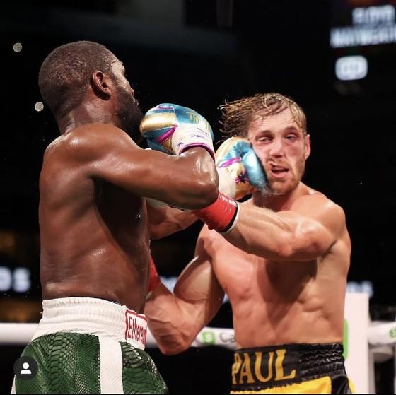 """Floyd """"Money"""" Mayweather vs Youtuber Logan Paul: """"Quơ quào"""" túi bụi, Paul vẫn trụ vững sau 8 hiệp đấu với Floyd ảnh 3"""