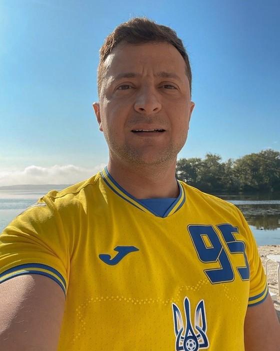 Mẫu áo đấu gây tranh cãi của tuyển Ukraine: Có hình bán đảo Crimea, được Tổng thống Zelensky khen hết lời ảnh 3