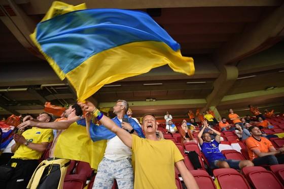 """Sắc màu CĐV Ukraine và """"Vàng - Xanh mạnh hơn Sbornaya"""" ảnh 6"""