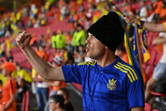 """Sắc màu CĐV Ukraine và """"Vàng - Xanh mạnh hơn Sbornaya"""" ảnh 8"""