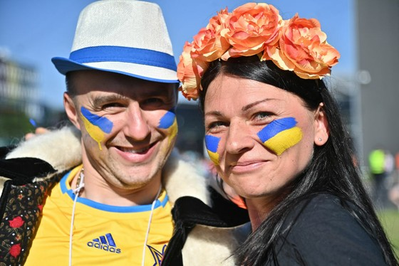 """Sắc màu CĐV Ukraine và """"Vàng - Xanh mạnh hơn Sbornaya"""" ảnh 11"""