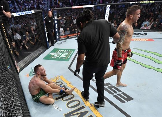 """UFC 264: """"Gã điên Ailen"""" Conor McGregor gãy mắt cá vì đặt sai chân trụ, Dustin Poirier thắng KO kỹ thuật  ảnh 3"""