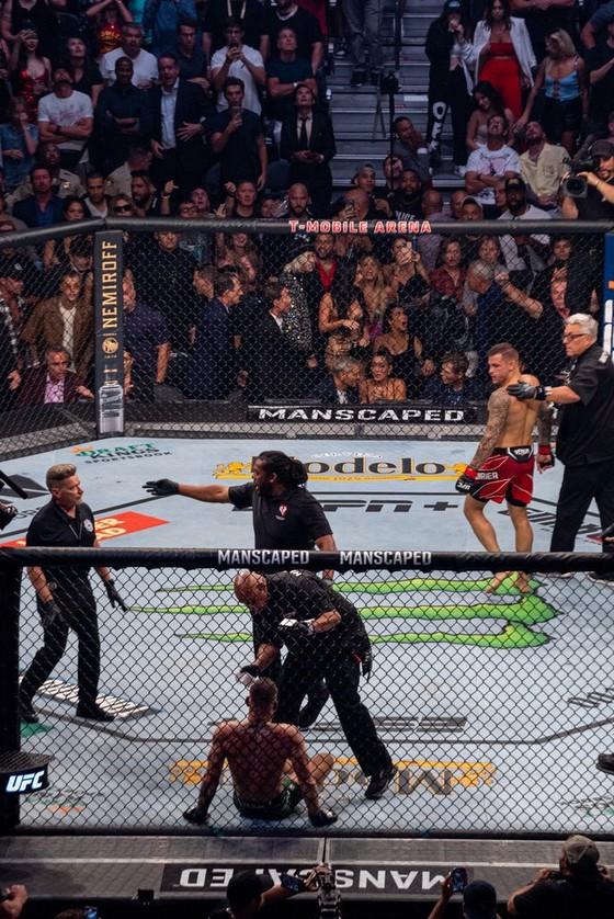 """UFC 264: """"Gã điên Ailen"""" Conor McGregor gãy mắt cá vì đặt sai chân trụ, Dustin Poirier thắng KO kỹ thuật  ảnh 4"""