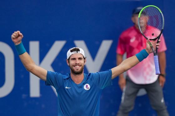 """Novak Djokovic tan mộng """"Golden Slam"""", Alexander Zverev quật khởi 2 ván cuối để vào tranh HCV ảnh 2"""