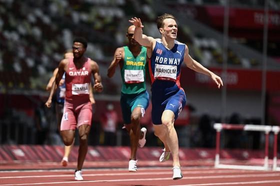 Karsten Warholm trở thành người đầu tiên chạy dưới 46 giây ở cự ly 400m rào, tự phá KLTG 76% giây ảnh 1