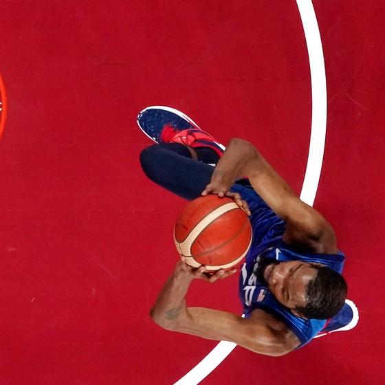 """""""Vua ghi điểm"""" Kevin Durant tiếp tục ghi 29 điểm, giúp tuyển bóng rổ Mỹ đánh bại Tây Ban Nha 95-81 ảnh 1"""