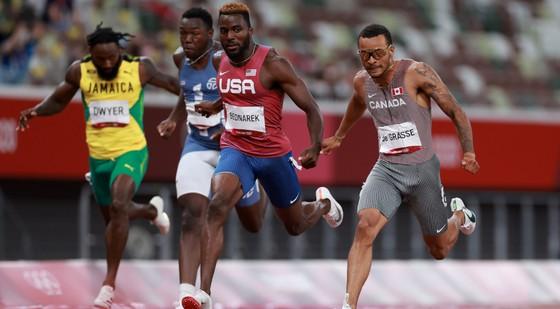 """""""Bại tướng của Usain Bolt"""" Andre de Grasse xưng hùng ở cự ly 200m, tuyển Mỹ bị loại ở cự ly tiếp sức 4x100m ảnh 1"""
