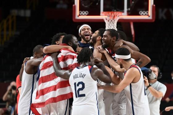 """""""Vua ghi điểm"""" Kevin Durant báo thù tuyển Pháp, giành HCV bóng rổ Olympic thứ 3 liên tiếp ảnh 1"""