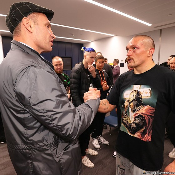 """""""Miêu hiệp"""" Oleksandr Usyk: Vẫn mang các đai vô địch hạng nặng trở lại Ukraine dù người Nga không tin ảnh 2"""