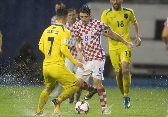 """Matteo Kovacic (8, Croatia) đi bóng giữa hàng thủ Kosovo trong """"trận thủy chiến"""" ở Zagreb. Ảnh: Total Croatia News"""