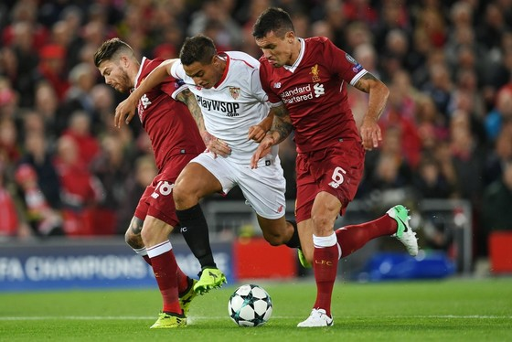 Hai hậu vệ Liverpool (Alberto Moreno và Dejan Lovren) cũng không cản được tiền đạo Wissam Ben Yedder (Sevilla). Ảnh Getty Images.