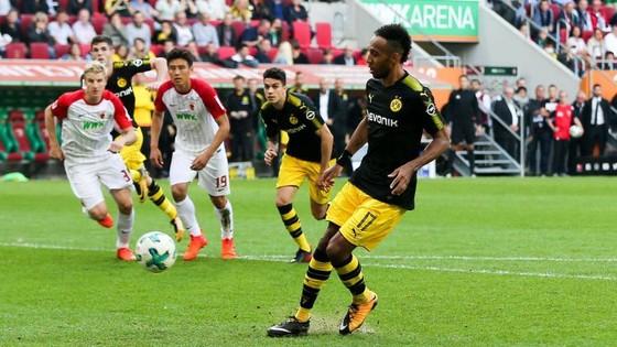 Tiền đạo Aubameyang sút hỏng quả 11m nhưng Dortmund vẫn thắng trên sân Augsburg. Ảnh: Getty Images.