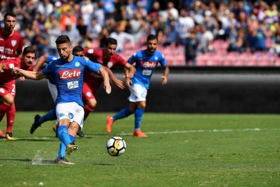Dries Mertens (Napoli) sút thắng quả 11m trước Cagliari. Ảnh: ANSA