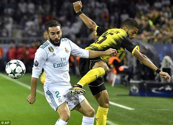 Hậu vệ Dani Carvajal (trái, Real Madrid) tranh bóng trong trận Champions League với Borussia Dortmund. Ảnh: AP.